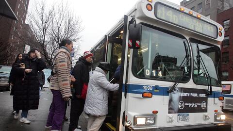Pasajeros abordando uno de los buses del sistema de transporte público d...