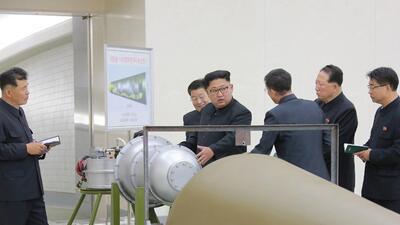 El líder norcoreano, Kim Jong Un, inspecciona una bomba de hidrógeno, se...