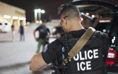 Agentes federales de ICE durante una redada de inmigración.