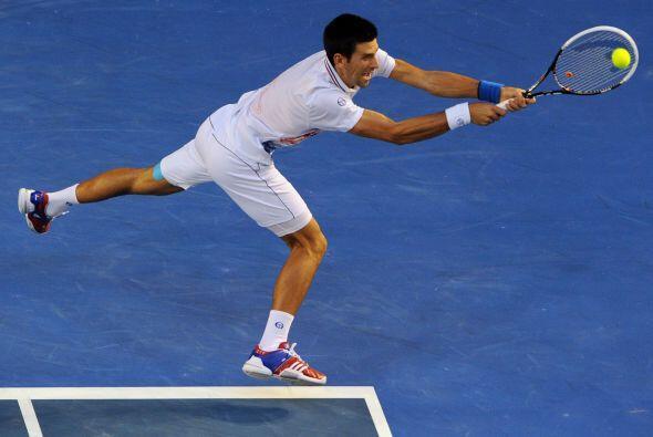 En la segunda, Djokovic fue más ofensivo, obligando a Nadal a defenderse...