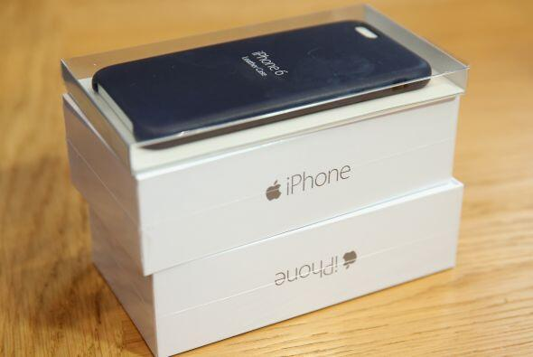 Dos cajas de iPhone 6 sobre una mesa listas para ser entregadas en Alema...