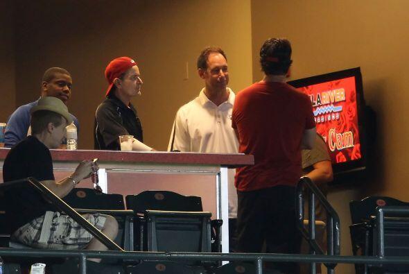 Charlie Sheen estuvo presente en el partido de los Diamantes y los Mets.