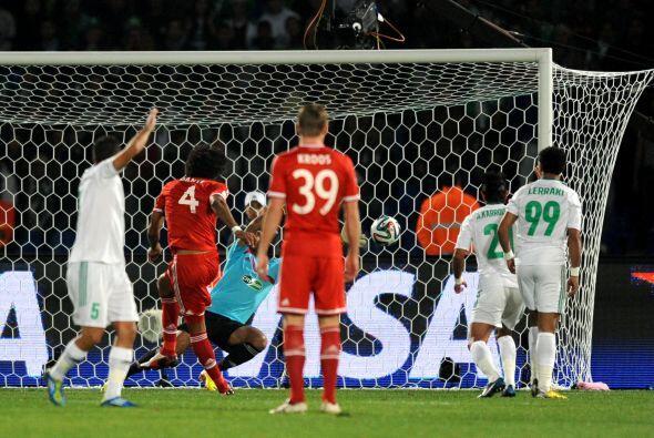Fue así que al 7' se dio el 1-0 a favor de Bayern, tras un tiro de esqui...