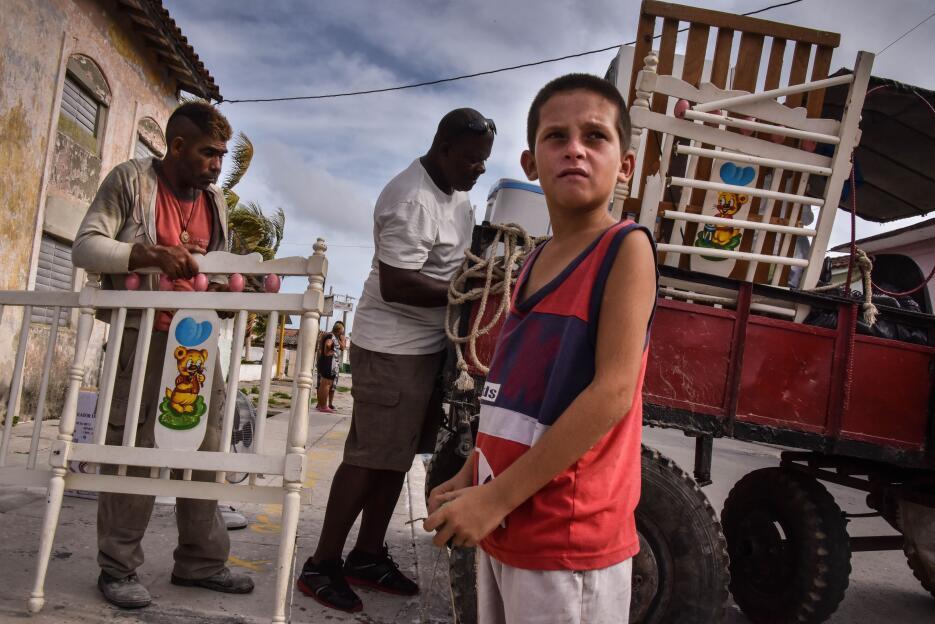 El 8 de septiembre, cubanos sacan sus pertenencias bajo el aviso de hura...