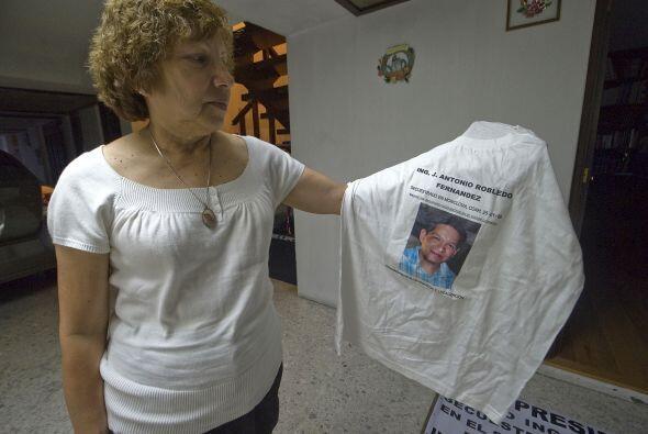 María Guadalupe Fernández sostiene una camiseta con el ret...