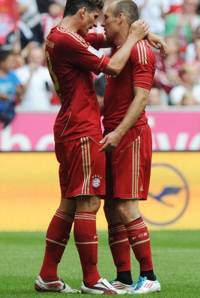 Y para que no haya celos, también le mostró su cariño a Robben, muy al e...