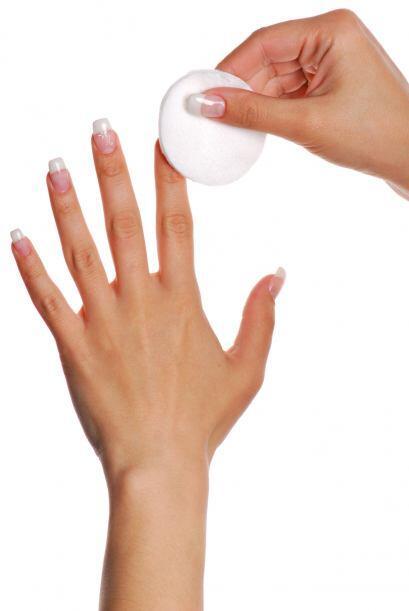 Manos a la obra. ¿Ya elegiste tu esmalte? Antes de aplicarlo, limpia bie...