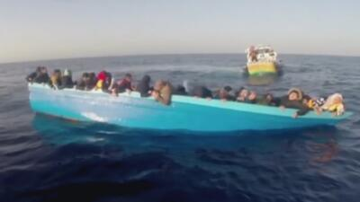El dramático rescate de bote cargado de inmigrantes que naufragó frente a las costas de Libia