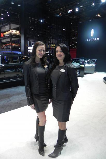 Un par de modelos se encontraban encargadas de mostrar los carros Lincoln.