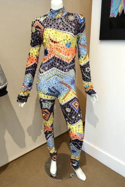 Por este vestido de la cantante Whitney Houston, el cual usó durante su...