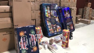 Detienen a dos personas tras decomiso de varias toneladas de juegos pirotécnicos ilegales en California