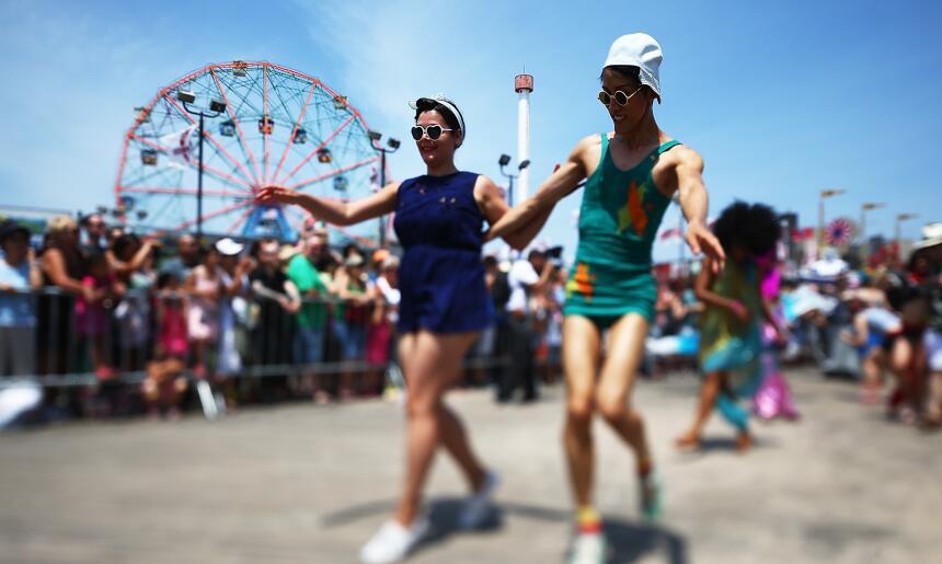 Cientos se unieron al desfile a la orilla del mar de Coney Island