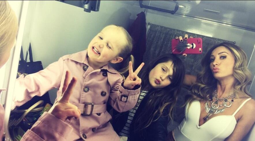 La actriz lleva a sus hijas a donde es posible, para pasar tiempo con el...