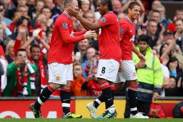 El plantel del United felicitaba a su capitán.