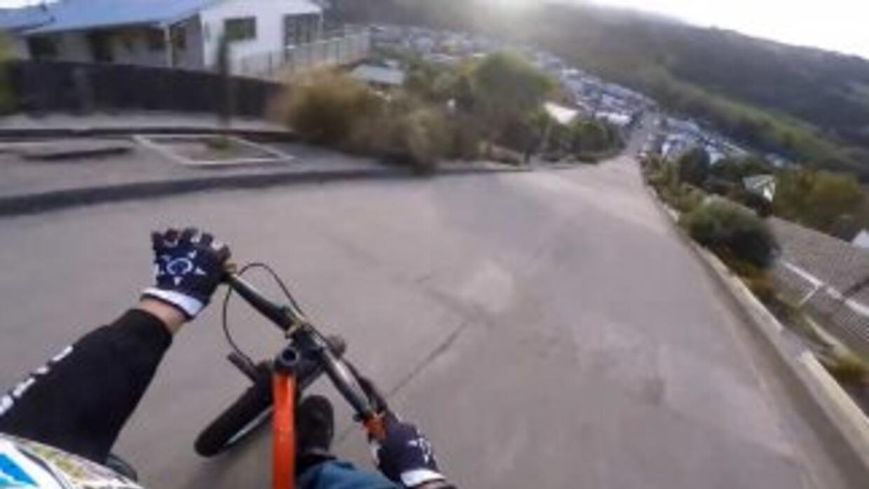 Tres chicos descienden por la calle más empinada del mundo en triciclo,...