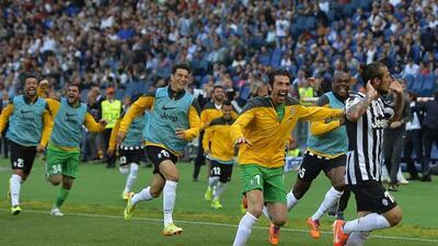 Todos los jugadores de la 'Juve' corren tras Oswaldo, quien hizo el gol...
