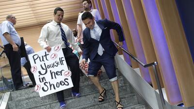 Abogados marchan en tacones altos para llamar la atención sobre la violencia de género