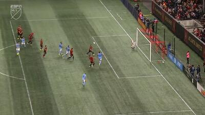 Maxime Chanot aprovecha un desvío y de cabeza la manda a guardar, Atlanta 2-1 NY City