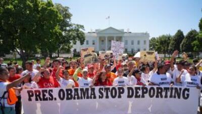 Activistas protestan frente a la Casa Blanca para pedirle al presidente...