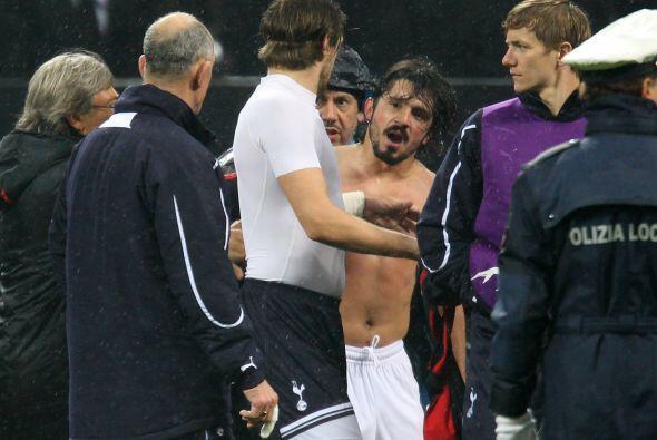 Varios futbolistas tuvieron que calmar al temperamental 'Rino'. Eso no c...