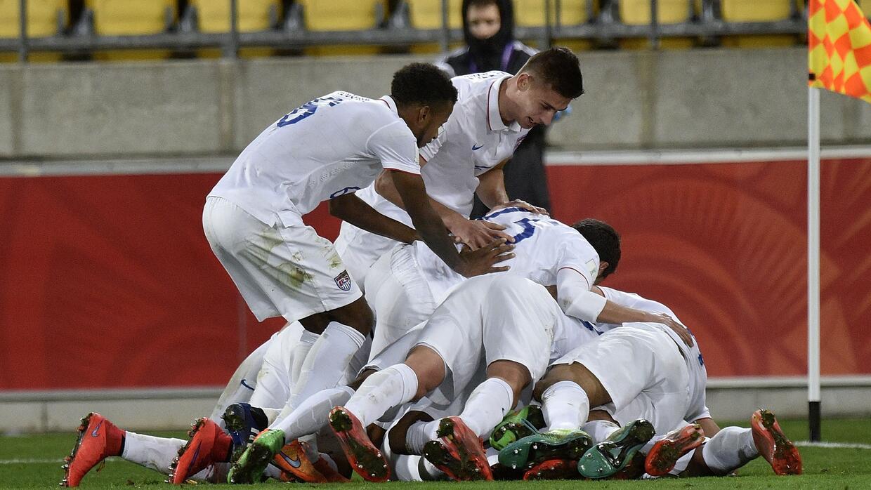 Estados Unidos celebra su gol ante Colombia.