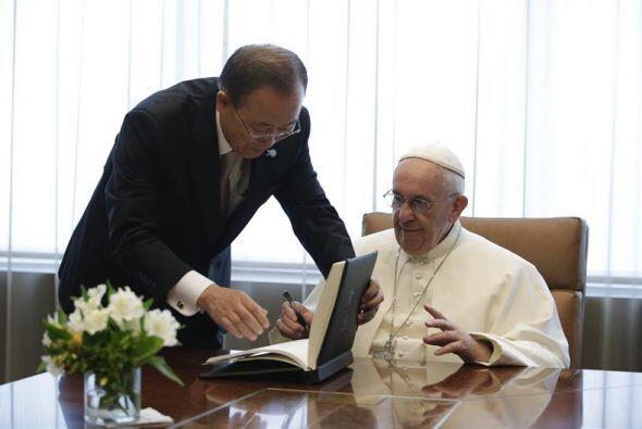 El pontífice firmó el libro de invitados durante su visita a Naciones Un...