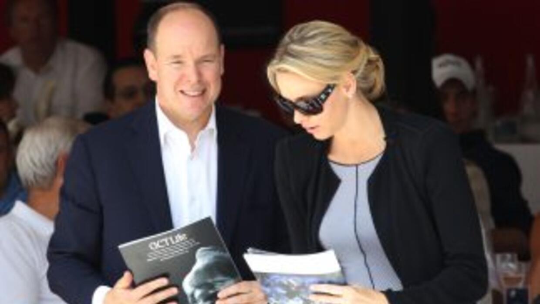 El príncipe Alberto y Charlene Wittstock se mostraron sonrientes en públ...