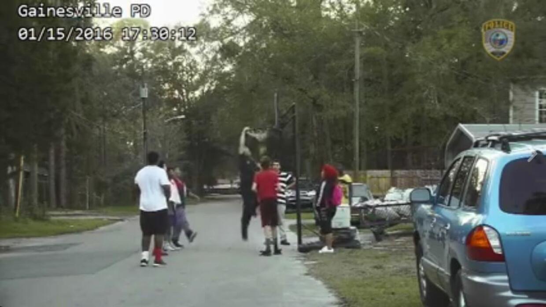 Policía se une a juego de baloncesto en la calle