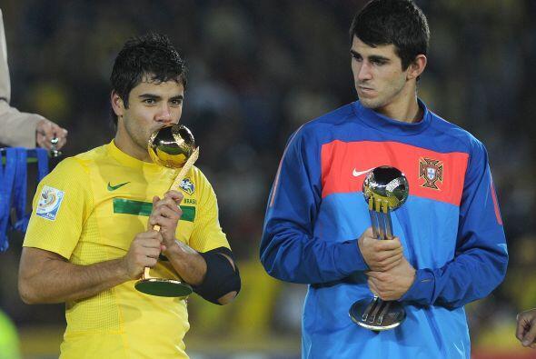 El juvenil brasileño Henrique, si, el de la izquierda, tras ser nombrado...