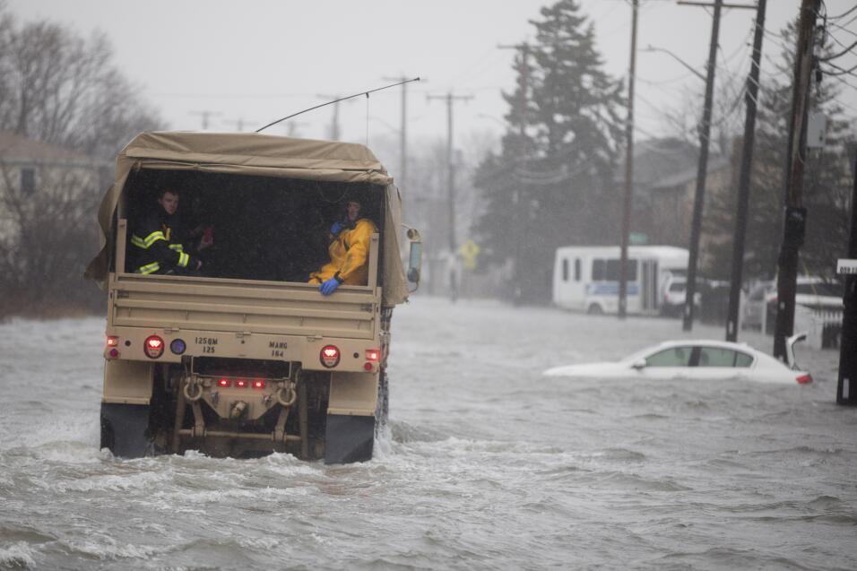 Un vehículo de la Guardia Nacional se acerca a zonas con resident...