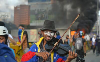 Wuilly Arteaga toca su violín durante una protesta en Venezuela