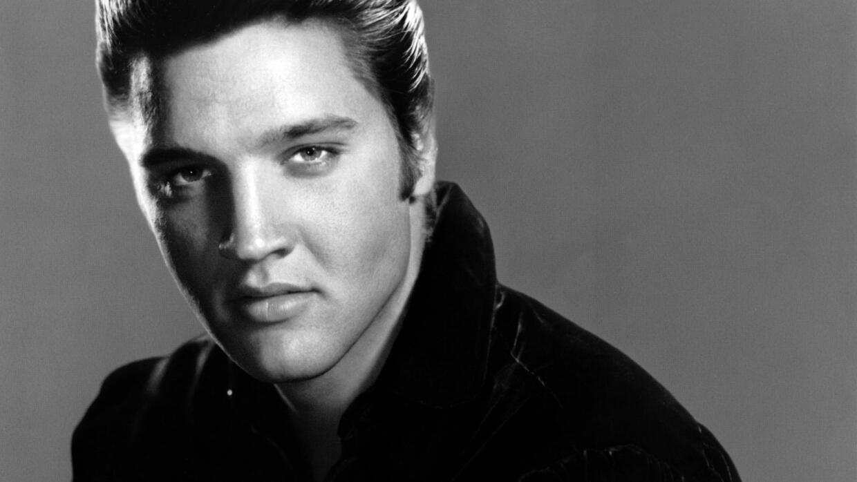 UNSPECIFIED - JANUARY 01: Photo of Elvis PRESLEY; Posed studio portrait...