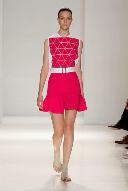 El fucsia es una de las propuestas más fuertes. Los vestidos que portaro...