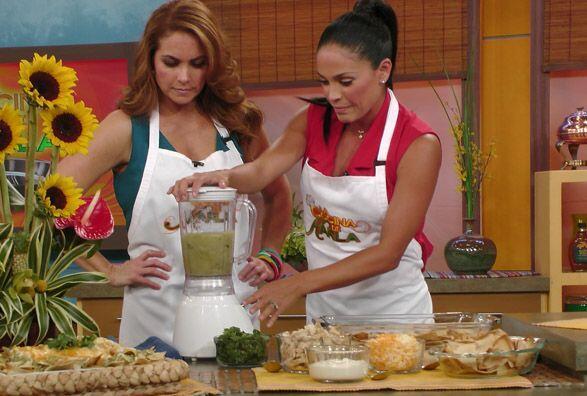 Este par de lindas cocineras se dispuso a preparar unos ricos chilaquile...
