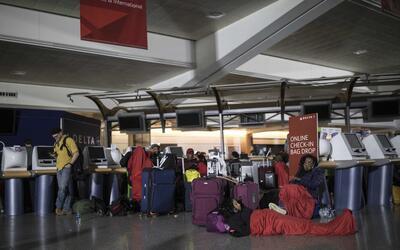 Un repentino corte de energía en el aeropuerto de Atlanta provoc&...