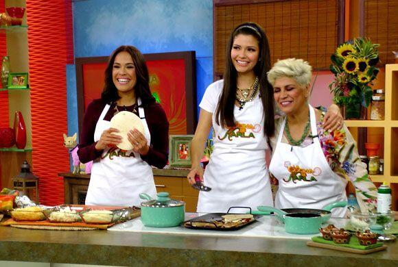 Karla estaba muy divertida de poder ver a su cuñada preparando unas rica...