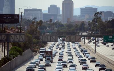 California, entre los estados donde los conductores pasan más tiempo en...