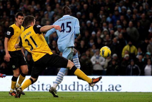 La primera emoción llegó en los pies de Mario Balotelli.