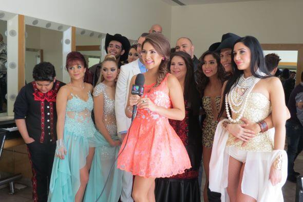 La cubana junto a sus compañeros en backstage de la quinta gala junto a...