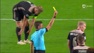 Tarjeta amarilla. El árbitro amonesta a Donny van de Beek de Ajax