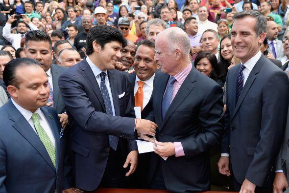 El gobernador de California, Jerry Brown, firmó el proyecto de ley AB60...