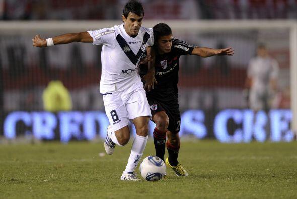 Y mientras Vélez tumbó a River Racing Club goleó a Colón y asumió en sol...
