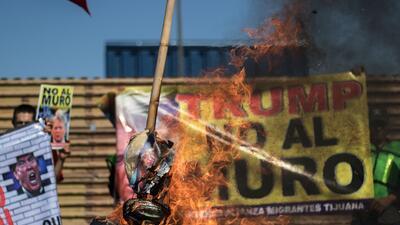 Mexicanos protestan contra Trump frente a los prototipos del muro fronterizo