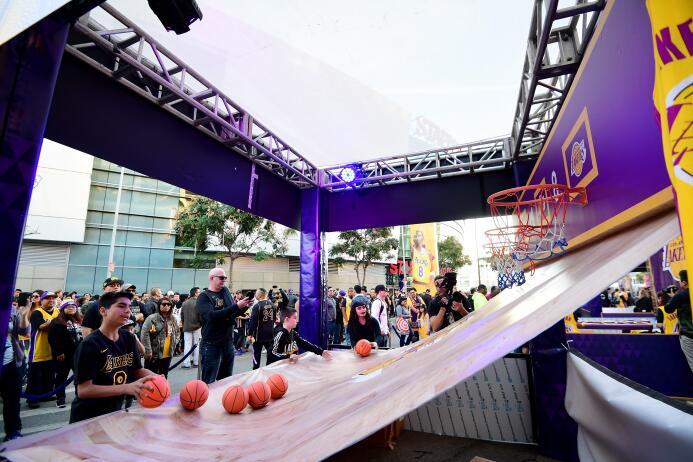 Asi disfrutan los fanáticos a las afueras del Staples Center en 'Kob...