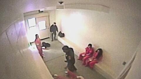 Video de seguridad muestra la brutal paliza de un guardia a un preso mie...