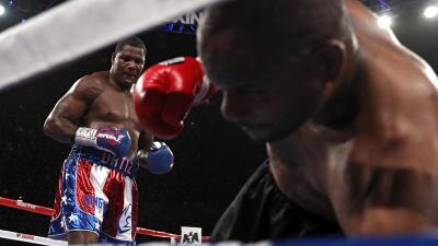 Tony Thompson cae ante la mirada de Luis Ortiz