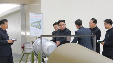 El líder norcoreano, Kim Jong Un, inspecciona una bomba de hidr&o...