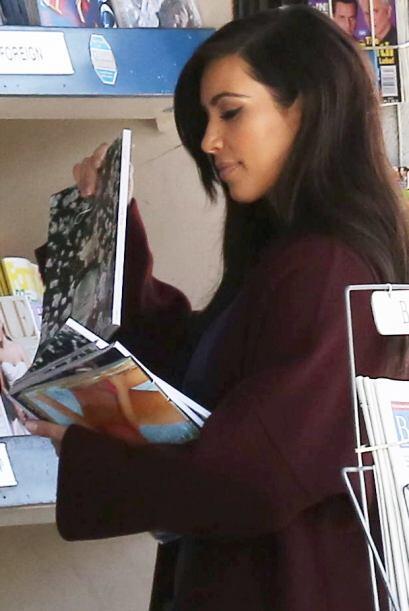 """Kim quiso hacer """"camuflaje"""" y ocultó las revistas entre un par más. Mira..."""