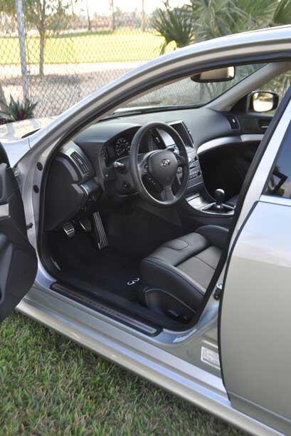 Al abrir la puerta delantera del Infiniti G 37S 2010 se descubre una cab...