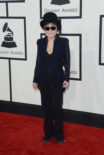 ¿Lentes oscuros para una alfombra roja Yoko Ono? Muy mal por ti.